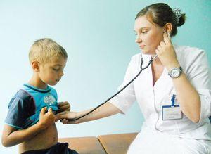 врач слуает ребенку сердце