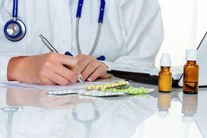 врач выписывает лечение