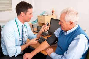 измерение давления пожилому человеку