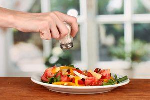 добавление соли в салат