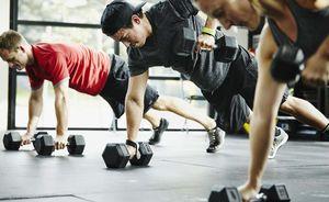 мужчины занимаются в спортзале
