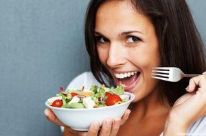 девушка с овощным салатом