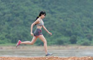 девушка занимается бегом