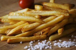 картофель фри и соль