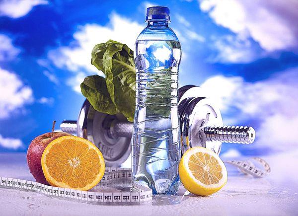 фрукты вода и спорт инвентарь