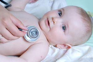 ребенка слушает врач