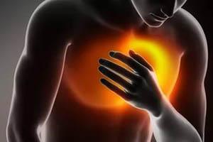 боль в грудной клетке посередине