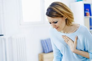 Почему при глубоком вдохе болит сердце, грудная клетка, слева? Боль в сердце при вдохе: первая помощь