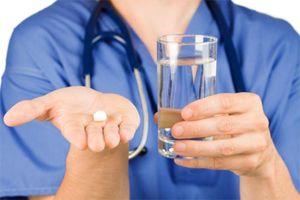 врач предлагает таблетку