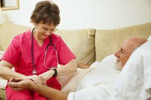 врач измеряет пульс
