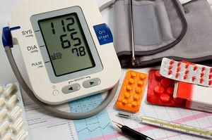 тонометр и таблетки