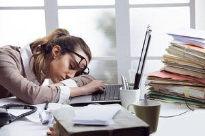 уставшая на работе девушка