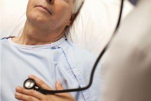 врач слушает сердце