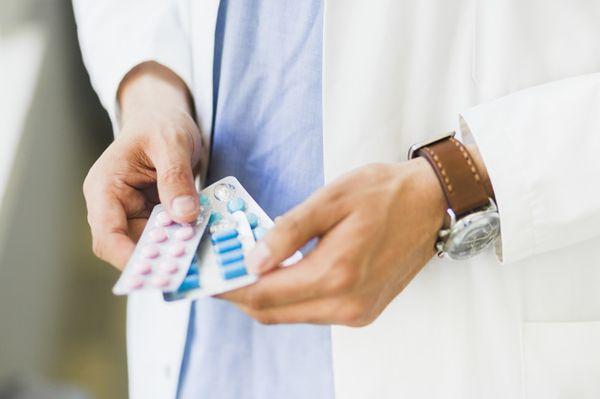 врач держит таблетки