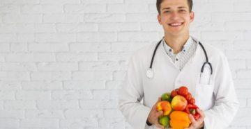 врач держит в руках овощи