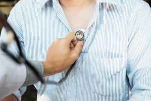доктор слушает сердце человека