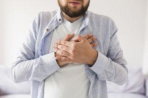 мужчина держит руки на груди