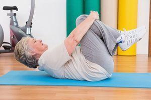 женщина выполняет упражнение