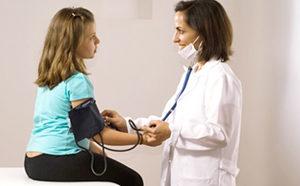 врач измеряет давление ребенку
