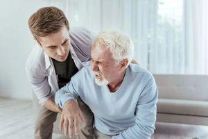 мужчина помогает пожилому человеку